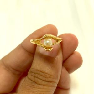 Women's beautiful 18 karat gold pearl ring size 8.